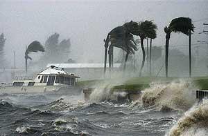 Las fuertos vientos causan daños devastadores en la costa. (Foto: EL MUNDO)