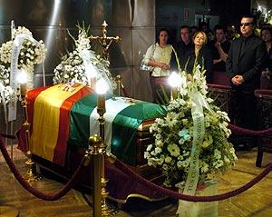 El féretro de Rocío Jurado, en la capilla ardiente. (Foto: EFE)