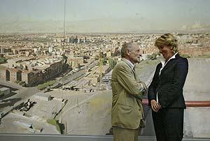 Antonio López y Esperanza Aguirre conversan delante del cuadro. (Foto: EL MUNDO)