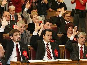Algunos diputados levantan su mano durante la votación. (Foto: AP)