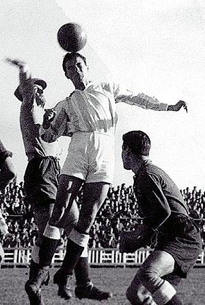 Gerardo Coque, disputando un balón. (FOTO: Página web del Real Valladolid)