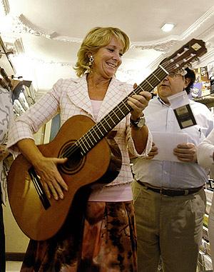 Aguirre toca la guitarra ante un grupo de simpatizantes del PP en Lleida. (Foto: EFE)