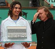 Rafa Nadal recibe el trofeo que acredita su récord de triunfos consecutivos en tierra. (Foto: ATP)