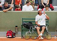 El tenista bebe durante un descanso en París. (Foto: ATP)