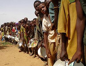Un grupo de niños espera recibir una ración de alimentos en Níger. (Foto: EFE)