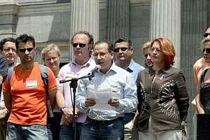 El presidente de la AVT, Francisco José Alcaraz, lee un manifiesto delante del Congreso de los Diputados. (Foto: EFE)