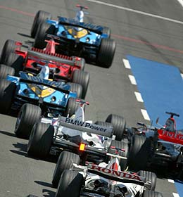 Alonso, seguido de más pilotos./AP