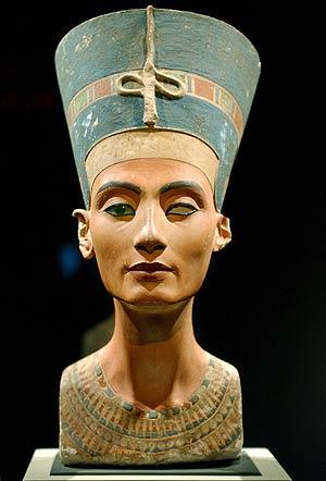 El busto de la reina Nefertiti, en el Museo Egipcio de Berlín. (Foto: EFE)