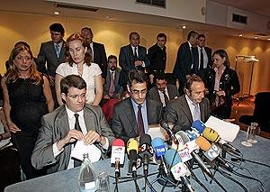 Los abogados durante la rueda de prensa. (Foto: Javi Martínez)