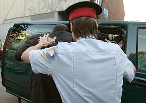 Rajoy entrando en una furgoneta protegido por la Policia. (Foto: EFE)