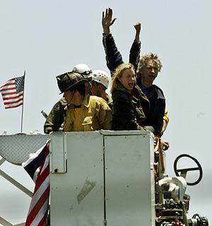 La actriz Daryl Hannah saluda a las personas que les mostraban su apoyo. (Foto: AP)