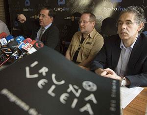 Presentación del hallazgo, con Eliseo Gil, director de las excavaciones (centro), y el filólogo y académico de la lengua vasca Henrike Knorr (derecha). (Foto: Pablo VIñas)