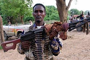 Un soldado de la guerrilla somalí muestra su arma. (Foto: REUTERS)