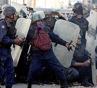 La policía frena las protestas en Oaxaca. (Foto: REUTERS)