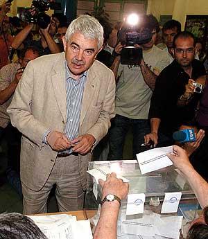 Pasqual Maragall deposita su voto. (Foto: EFE)