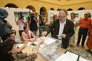 Josep Lluís Carod-Rovira emite su voto. (Foto: EFE)