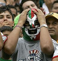 La campaña y el Mundial de fútbol reparten las pasiones mexicanas durante estos días. (Foto: AP)