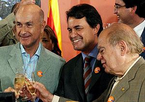 Duran Lleida, Artur Mas y Jordi Pujol, brindando por el resultado. (Foto: EFE)