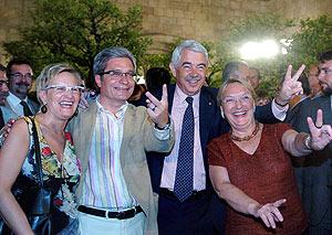 Joan Saura y Pasqual Maragall, con sus esposas en la Generalitat. (Foto: EFE)