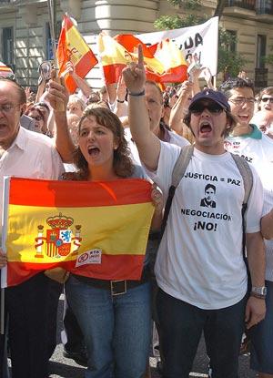 Un grupo de personas clama contra ETA en la Audiencia. (Foto: EFE)
