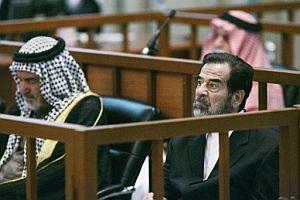 Sadam Husein (dcha.) y su colaborador, Abdula Kazim al Ruwayid (izda.) escuchan a la acusación. (Foto: EFE)