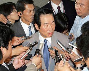 El director general de la Agencia de Defensa de Japón, Fukushiro Nukaga, informa a los medios. (Foto: EFE)