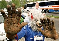 Un simpatizante de López Obrador parodia el lema del PAN, 'Manos limpias'. (Foto: REUTERS)