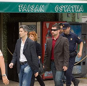 El juez Grande-Marlaska (izda.), tras el registro del restaurante Faisán. (Foto: Carlos García)