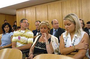 Consuelo Garrido (2d) y María del Mar Blanco (d), madre y hermana de Miguel Ángel Blanco, durante el juicio. (Foto: EFE)