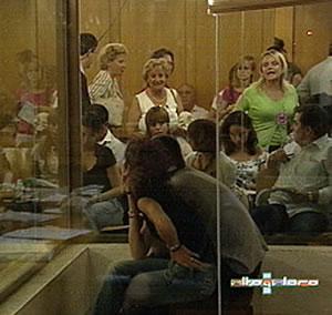 La hermana de Blanco (de verde), increpa a los acusados. (Foto: Telemadrid)