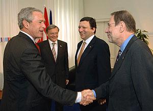 Bush saluda a Solana en presencia de Durão Barroso y Schüssel. (Foto: AP)