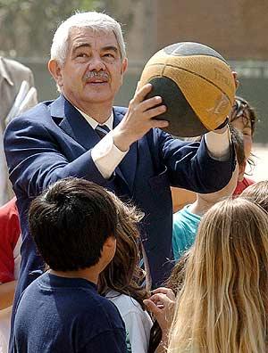 Maragall juega al baloncesto en su visita a un colegio de Barcelona. (Foto: EFE)