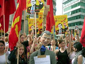 Manifestantes protestan contra Bush en Viena. (Foto: EFE)