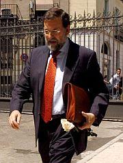 Mariano Rajoy ha recibido una de las rosas. (Foto: Víctor LerenaEfe)