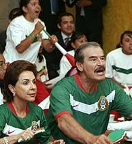 Fox y su mujer, viendo el partido contra Portugal. (Foto: AP)