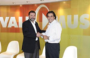 Jesús López y Ricardo Campoy, tras la firma. (Foto: elmundo.es)