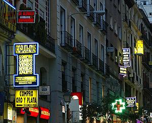 Carteles luminosos en un fachadas históricas. (Foto: Kike Para)