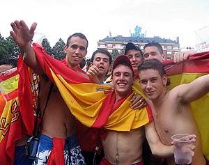 Jóvenes hinchas abanderados en Colón. (Foto: M.A.)