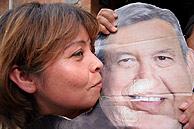 Una simpatizante de López Obrador besa su cartel. (Foto: EFE)