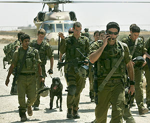 Soldados israelíes llegan a la zona del ataque y el secuestro. (Foto: AP)