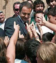 Zapatero, con estudiantes de Alfaro (La Rioja). (Foto: EFE)