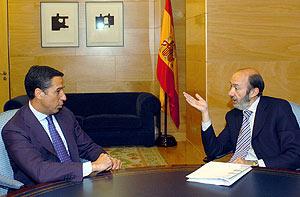 Eduardo Zaplana, hablando con Alfredo Pérez Rubalcaba. (Foto: EFE)