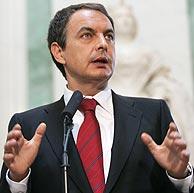 Zapatero, durante el anuncio en el vestíbulo del Congreso. (Foto: EFE)