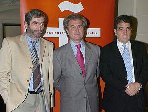 De izda. a dcha., Muñoz Molina, Molina, y Lago. (Foto: EFE)
