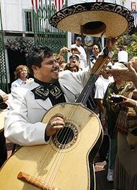 Un miembro del grupo mariachi Tierra Mexicana'. (Foto: AP)