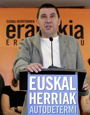 Arnaldo Otegi, durante la lectura de su declaración. (Foto: EFE)