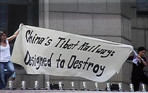 Ecologistas, protestando, durante la inauguración. (Foto: AP)