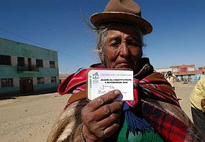 Una mujer aymara tras depositar su voto. (Foto: EFE)