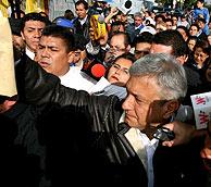 El candidato López Obrador entre la multitud después de votar. (Foto: REUTERS)