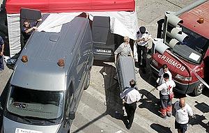 La Polícía lleva cajas fúnebres al metro para trasladar los cadáveres. (Foto: B. Pajares)